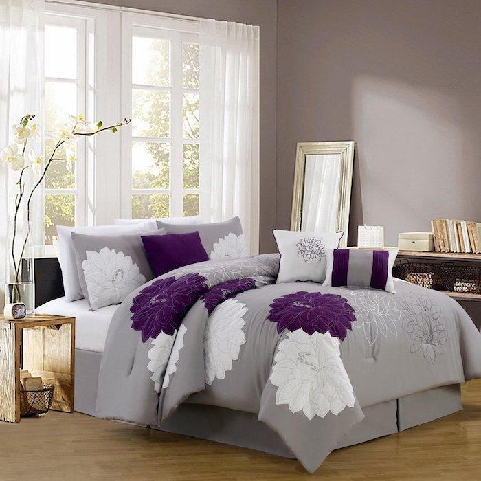 welche farbe passt zu lila, grau violettes zimmerdesign, schlafzimmer idee, ruhig schlafen in schöner atmosphäre