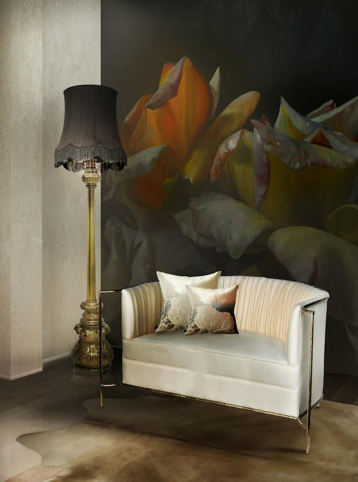 Weißer Sessel mit zwei Deko Kissen und schwarze Stehlampe, großes Gemälde