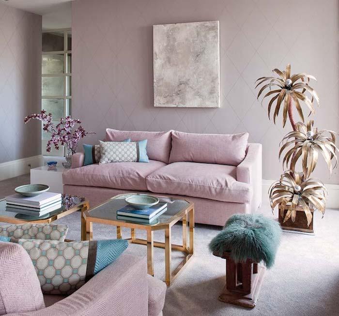 Wohnzimmer in Pastellfarben, Sofa in Zartrosa, künstliche Pflanzen