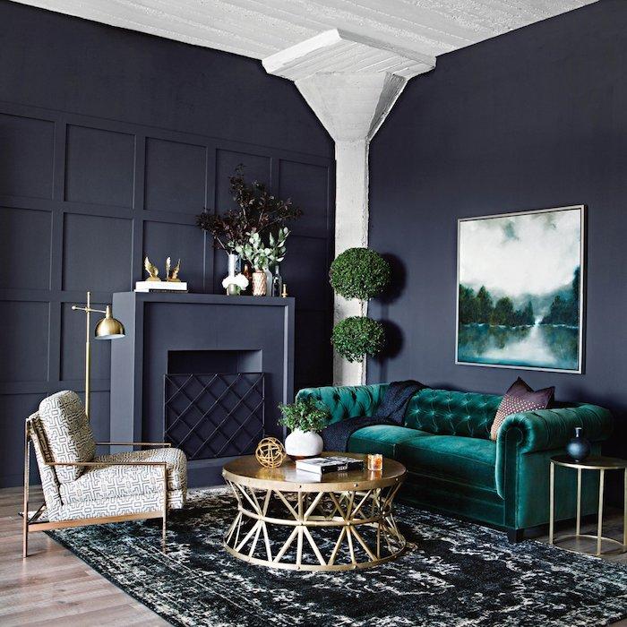 Wohnzimmer in dunklen Farbnuancen, Wandfarbe Schwarz, dunkelgrünes Sofa, weiße Decke
