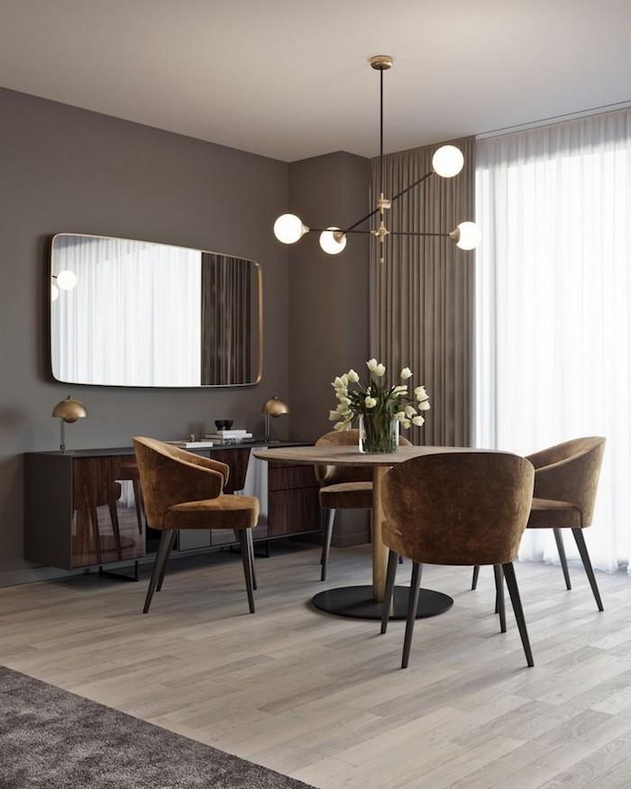 Wandfarbe Grau, braune Möbel, Tulpenstrauß in Glasvase, helles Parkett