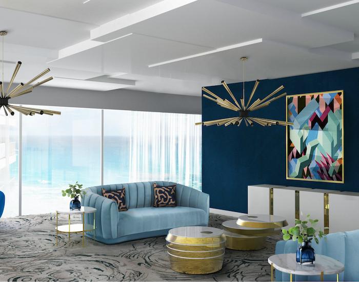 Wohnzimmer Einrichtung, eine Wand in Dunkelblau, hellbalues Sofa, verspielter Kronleuchter