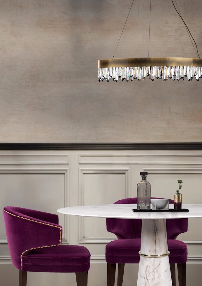 Wohnzimmer in Beige, violette Stühle und weißer Tisch, Kronleuchter mit Kristallen