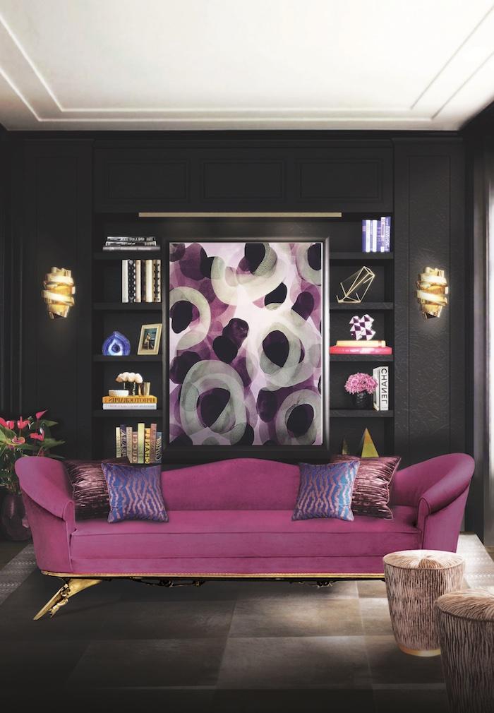 Wandfarbe Schwarz, violettes Sofa mit vier Deko Kissen, Gemälde und Wandlampen