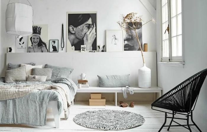 deko für schlafzimmer, viele schöne malereien und bilder an der ganzen wand schmücken, schwarz weiß