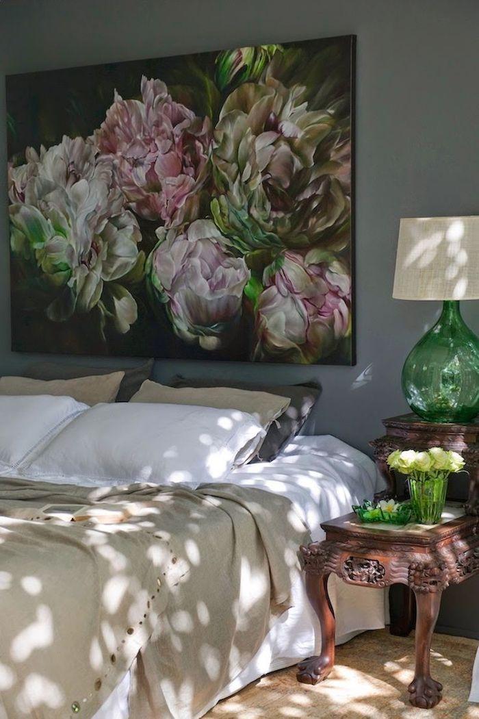 schlafzimmer ideen wandgestaltung, großes wandbild mit blumen in weiß rosa und grün auf schwarzem hintergrund