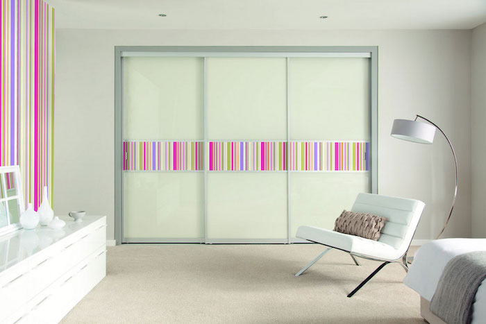 deko für schlafzimmer, pastelfarbe, schrank, kleiderschrank mit beweglichen türen, bunte dekorationen