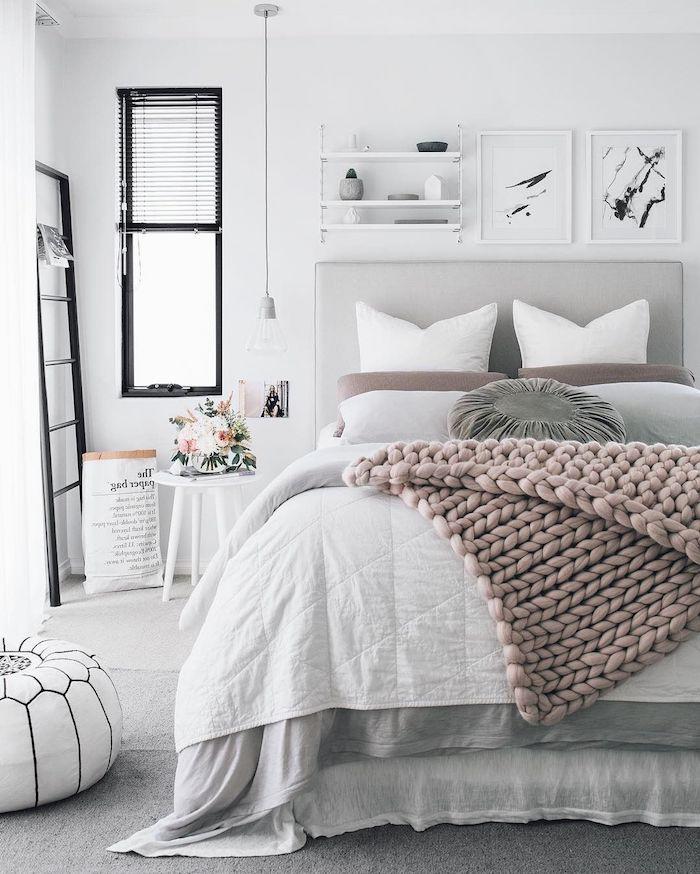 einrichtungsideen schlafzimmer in weiß gestalten mit rosa decke und schwarz, grauen dekorationen