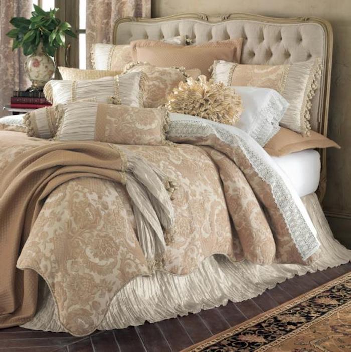deko für schlafzimmer in erhabenem stil, hellbraun mit beige, weiß und gelb kombinieren, schöne muster, grüne pflanze