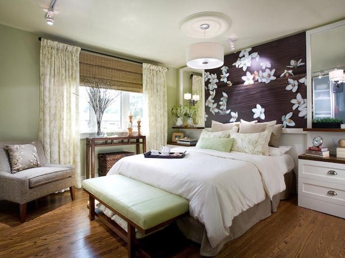 einrichtungsideen schlafzimmer mit blumendesign an der wand, dunkle wandgestaltung mit weißen blumen, doppelbett