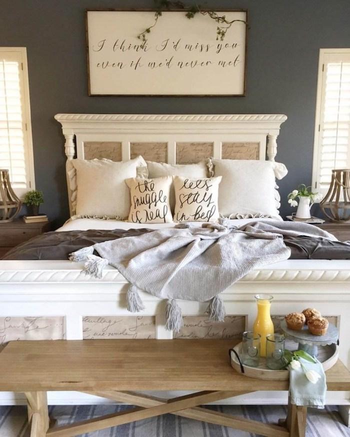 einrichtungsideen schlafzimmer, aufschrift über dem bett, kissen, deko decke, tablett mit saft und kekse