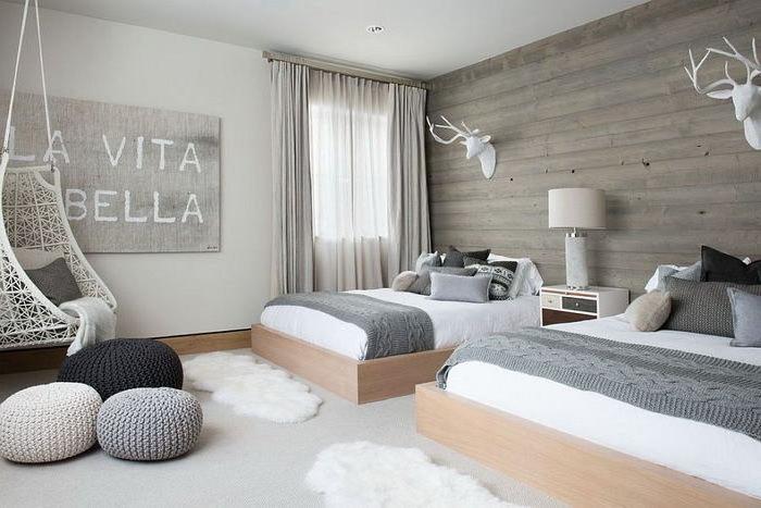 deko für schlafzimmer, bodenkissen, sitzkissen, lampe, wanddeko, la vite e bella aufschrift