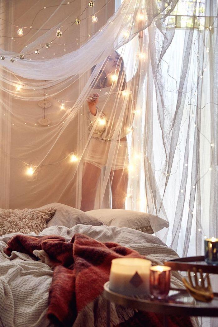 einrichtungsideen schlafzimmer, licht, lichtkette, beleuchtung, kerzen, vorhänge, kissen flauschig