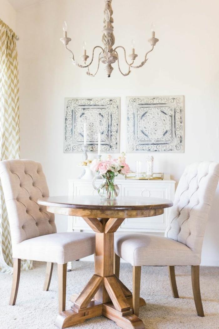 ein Tisch mit zwei Stühlen in klassischem Stil, kleines Esszimmer, kleine Wohnung einrichten, zwei Wandbilder