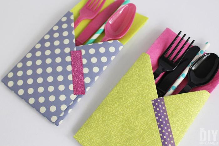 tischdeko selber basteln, zwei bunte bestecktaschen mit schwarzen und violetten messern, löffeln und gabeln und mit violetten und gelben servietten