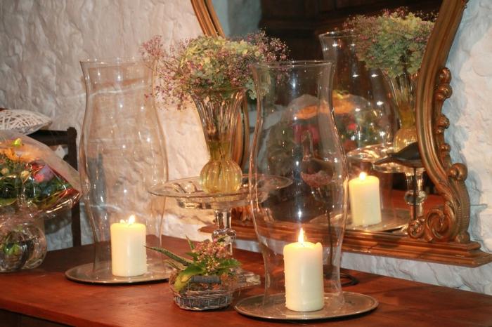 zwei Windlichter vor einem Spiegel, eine Vase mit Trocken Blumen, Tischdeko Kommunion