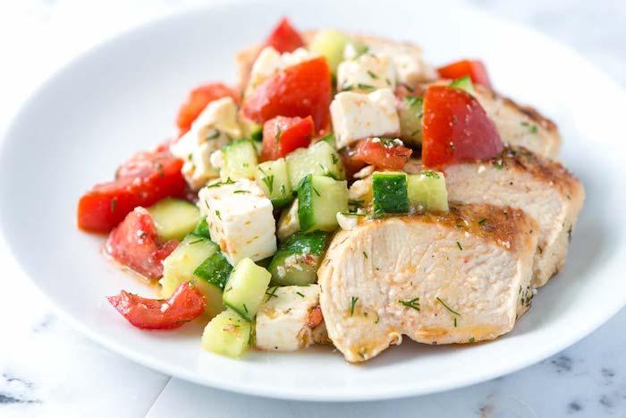 kalorienarme rezepte zum mittagessen, gebrackter hühnerfleisch mit gurken und tomaten