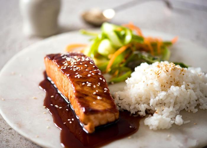 kalorienarm kochen, lachse mit sojasoße, reis, gemüsen und sesam, gesundes aberndessen