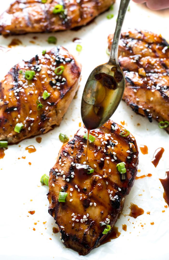 kalorienarme gerichte, hühnchenbrust mit sojasoße und sesam, löffel, gesund essen