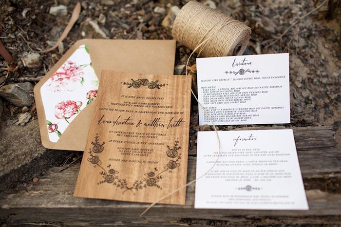 einladungskarten hochzeit vintage, leinenschnur, papier mit holz muster, briefumschlag mit rosen