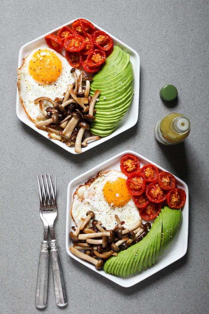 kalorienarmes essen, sechseckige teller, gesundes frühstück, gebratene eier mit cherry tomaten, pilzen und gurken
