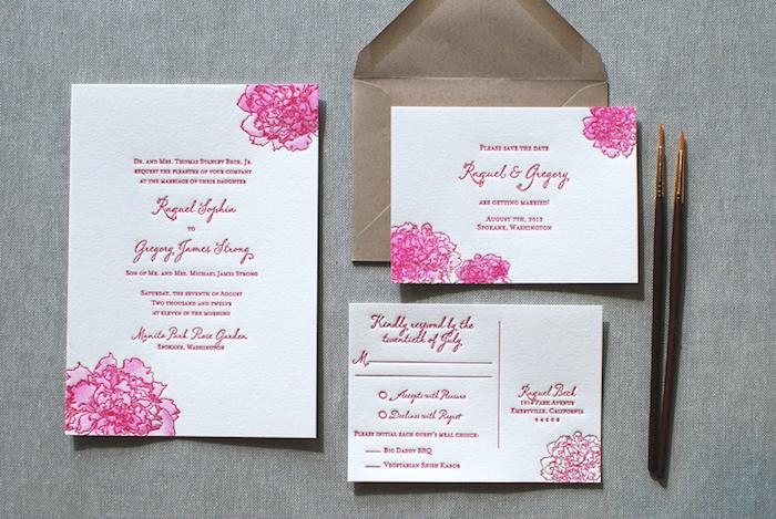 hochzeitseinladungen selber machen, briefumschlag aus braunem papier, zwei pinsel, rosa blumen malen