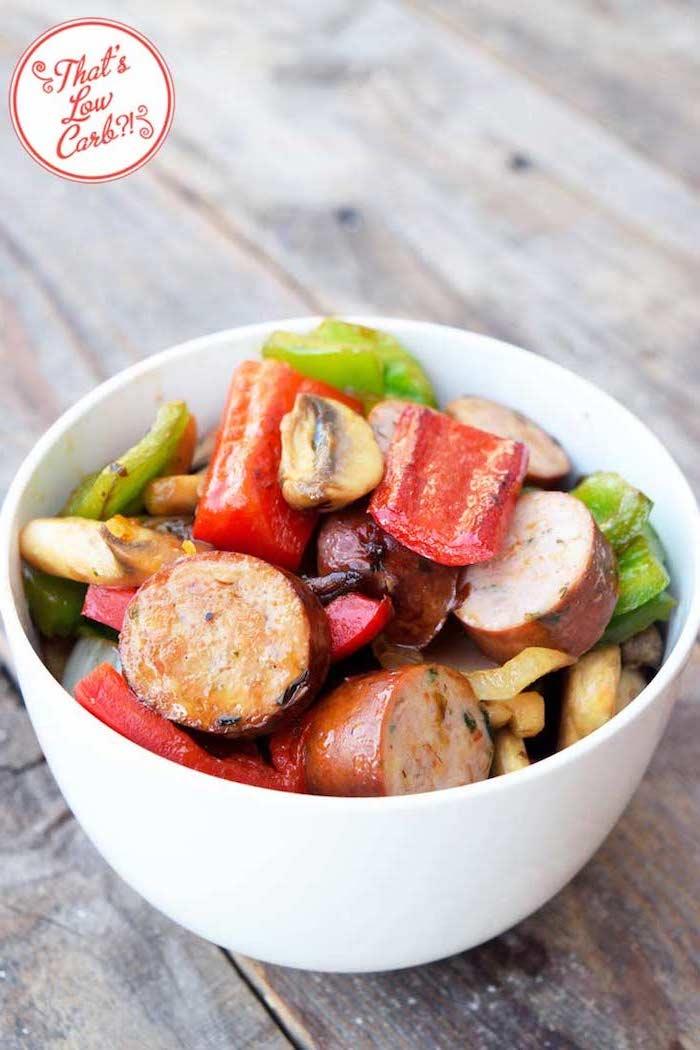 kalorienarmes essen, weißer schüssel, wurst mit grünem und rotem paprika, gericht mit wenig kalorien