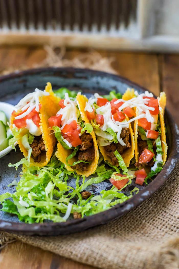 rezepte kalorienarm, tacos mit hackfleisch und gemüsen, grüner salat, spanisches gericht