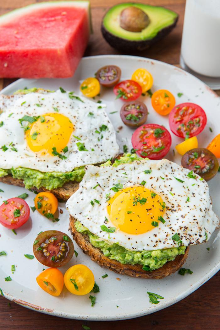 rezepte kalorienarm, gesundes frühstück mit eiern, brotscheiben, avocadopüree