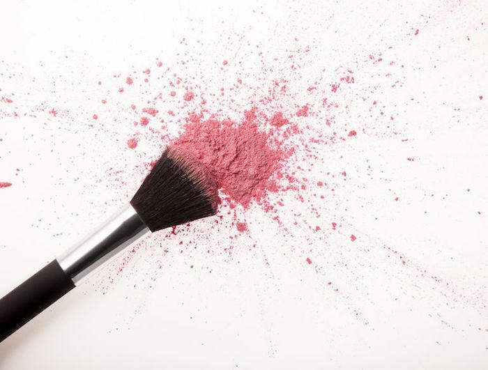 natürliches make up, rosa rouge, großer schminkpinsel, weißer hintergrund, schminken