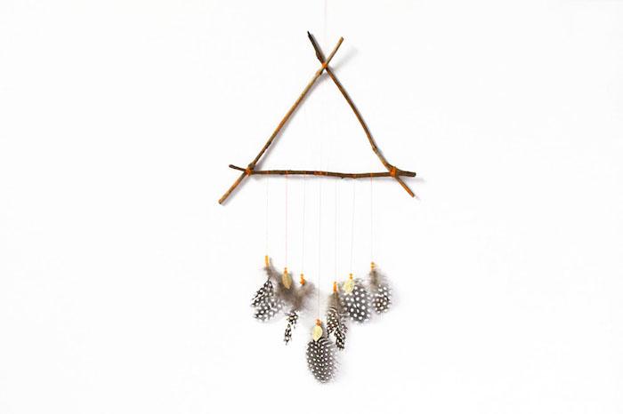 traumfänger diy, dreieck aus holzsträbchen, einfache diy ideen, kleine bunte federn