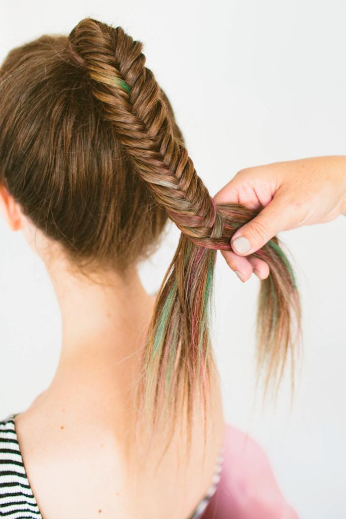 Anleitung für Fischgrätenzopf, rote und grüne Strähnen, lange glatte Haare