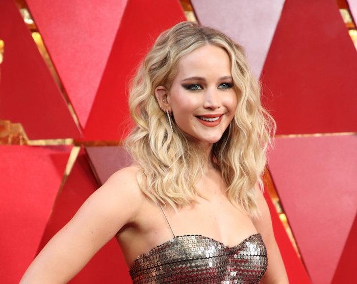 Offene mittellange Haare, schöne Locken, Idee für Abend Frisur, graues Kleid mit Pailletten, leichtes Make-up