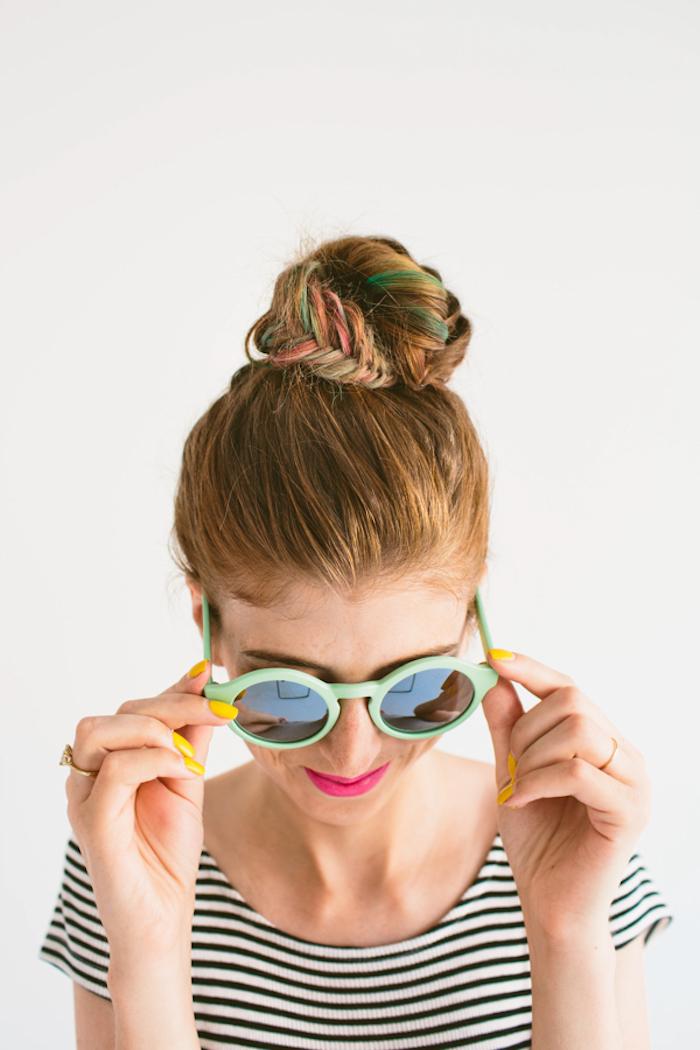 Leichte Dutt Frisur für den Abiball, bunte Strähnen, gestreiftes T-Shirt, gelber Nagellack, violetter Lippenstift, Sonnenbrille mit grünen Rahmen