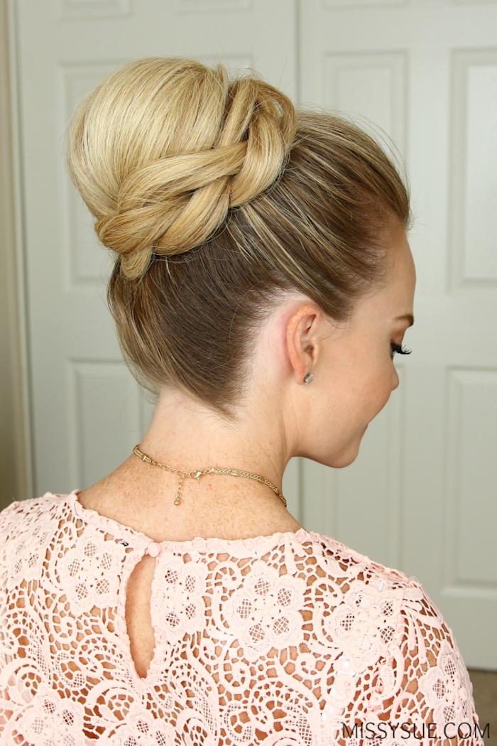 Dutt Frisur mit Zopf, Idee für leichte Hochsteckfrisur, goldene Kette, rosa Spitzenbluse