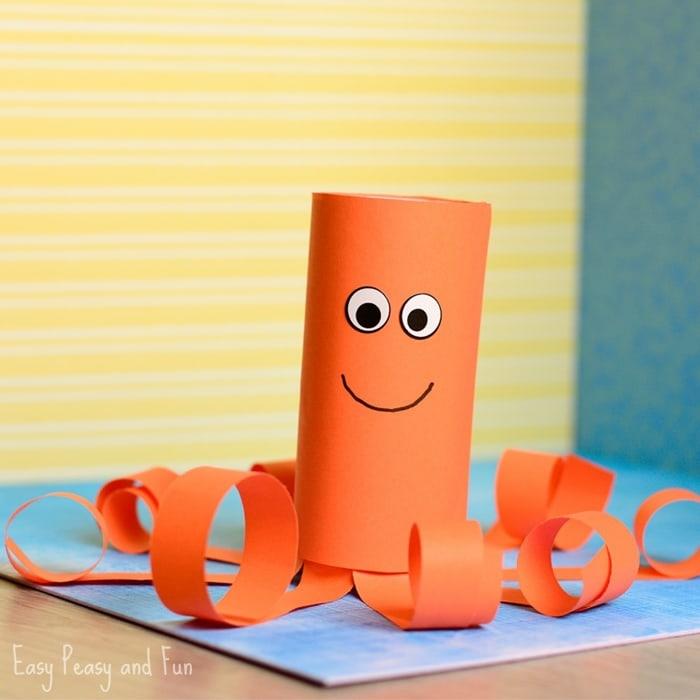 Basteln mit Klorollen, ein oranger Achtfüßler mit runden Augen und Lächeln
