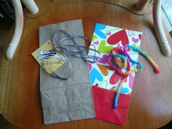 Geschenktüten Papier, zwei Tüten, zwei Schnuren und eine Karte, das Projekt zu beginnen