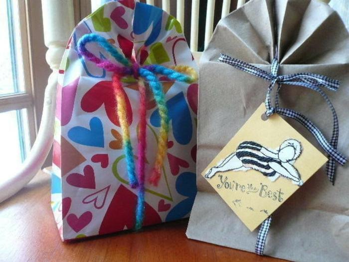 Geschenktüten Papier, die Endprodukte der Anleitung, eine Karte mit Aufschrift you are the best