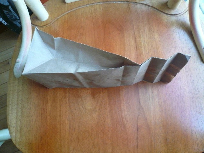 Geschenktüten Papier, eine braune Tüte, wie Sie sie falten sollen für das schöne Endprodukt