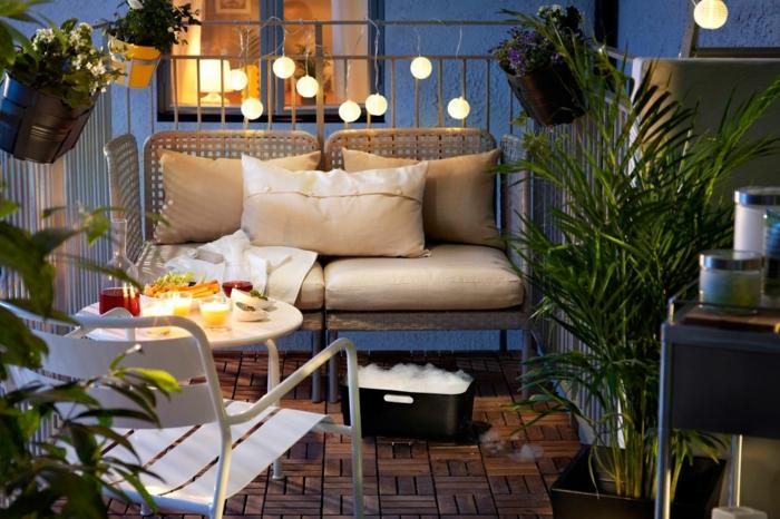 balkon deko ideen zum stilvollen und romantischen interieur im außenbereich, lichtkette, kugeln