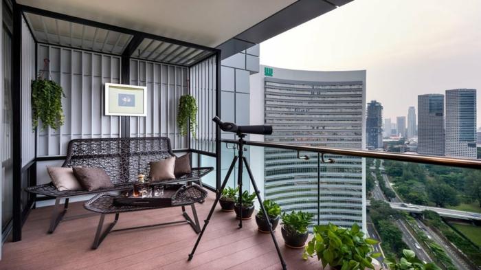 moderne balkon ideen zum nachmachen, eine wohnung mit balkon in der großstadt, einfache ausstattung und teleskop