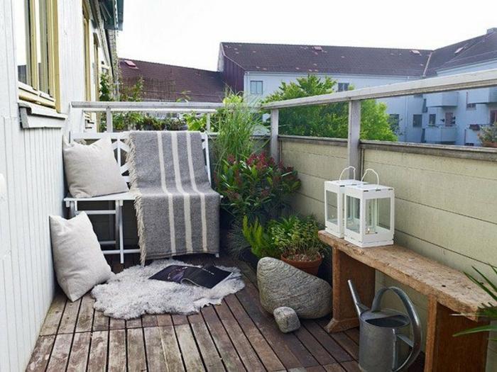 kleine terrasse gestalten, schlichtes design, das jeder selber gestalten kann, bank, decke, blumen, kissen. fellteppich