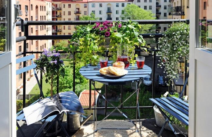 balkon lounge, dezent.elegant, minimalistischer balkonstil, kaffeetisch mit zwei stühlen und schönen pflanzen