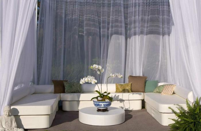 balkon ideen selber machen, balkon in oase verwandeln, weiße blumen, vorhönge deko