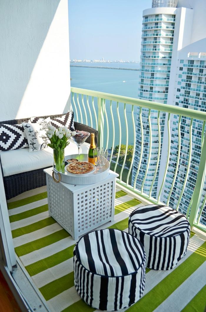 balkon lounge idee zum nachmachen, schwarz weiß und weißgrün kombinieren, balkon auf dem zwanzigsten stock