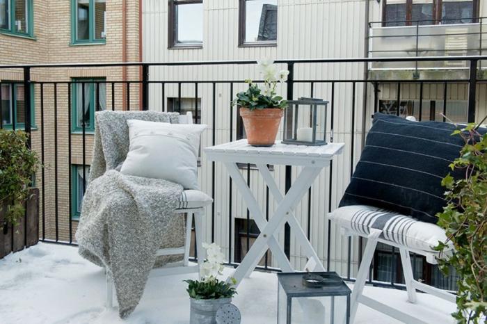 faszinierender balkon lounge, skandinavisch, weiß schwarze möbel und schöne grüne pflanzen