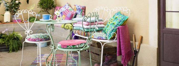 balkon lounge in mädchenhaftem stil, pinke deko ideen, bunte kissen, elegantes möbeldesign, balkonmöbel