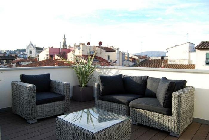 schlichte deko und einrichtung, balkon gestalten mit wenig geld, rattanmöbel mit schwarzen kissen pflanzen, tisch für kaffee