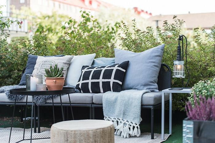 balkon gestalten mit wenig geld, idee schlicht und geschickt, kissen, vielfalt blau, schwarz. weiß, farben zur balkongestaltung
