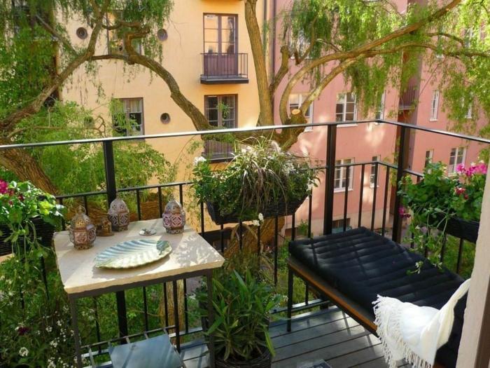 balkon einrichten und den effekt genießen, indischer stil einrichtung mit dekorationen und viele pflanzen, schatten durch den nahen baum